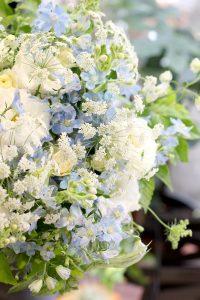 ブルーデルフィニウムとホワイト系小花のブーケ