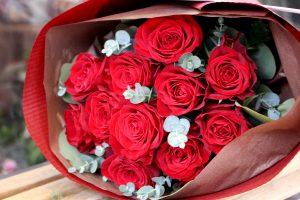 ダズンローズの赤バラ花束
