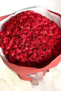 プロポーズ用の108本の赤バラの花束