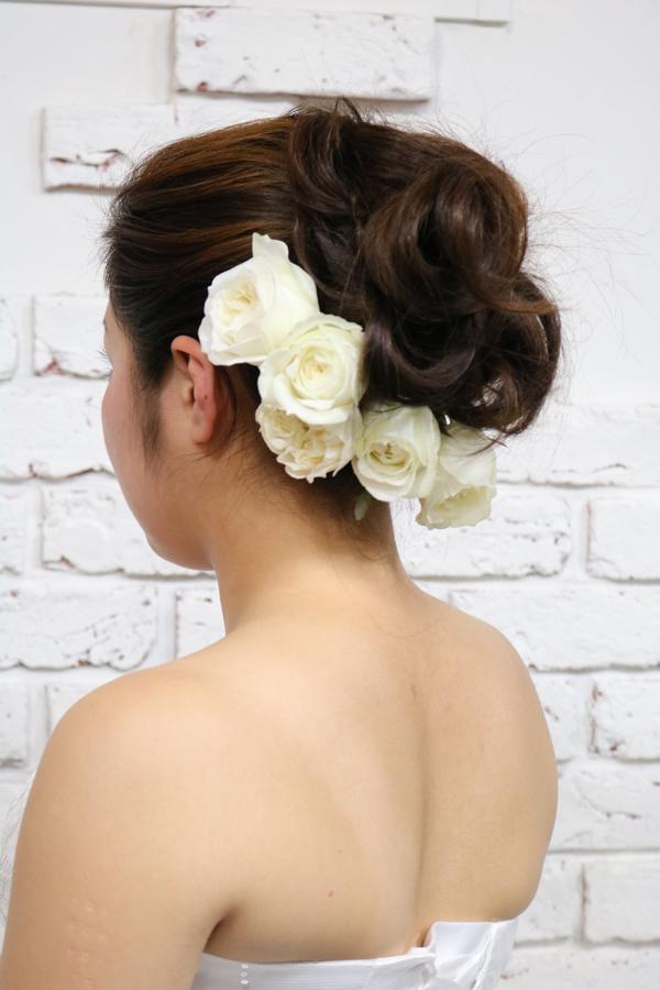 アップスタイルにおすすめの白いバラの花嫁のヘッドフラワー