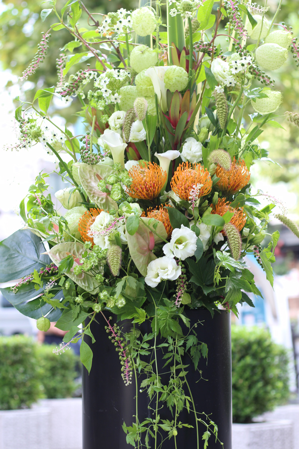 ワイルドフラワーとフウセントウワタのスタンド装花